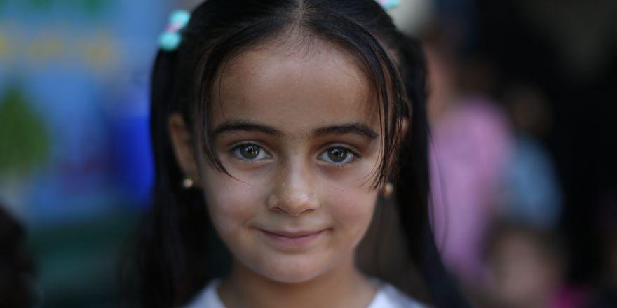 Suriye'de savaşta annelerini kaybeden çocukların saçlarına ilk kez örgü yapıldı