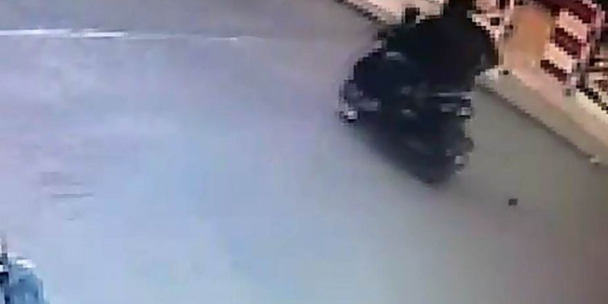 El bombasının motosikletten düştüğü anlar güvenlik kameralarına yansıdı