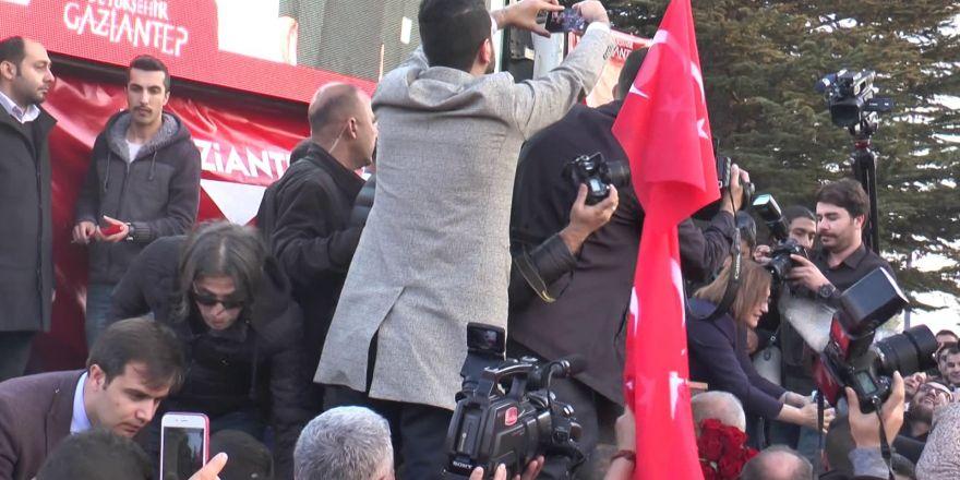 Fatma Şahin'in aday gösterilmesine sevinen muhtarlar bin 200 güvercin uçurdu