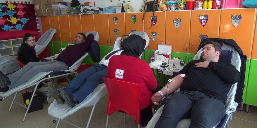 Öğretmenleri kan verdi öğrencilere kan bağışının önemi anlatıldı