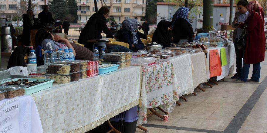 Kadınlar el emeği ile yaptıklarını satıp ev ekonomisine katkı sağlıyor